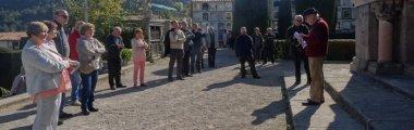 Bona acollida a les primeres visites guiades al cementiri de Berga
